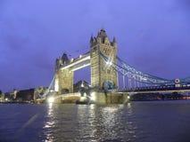 London överbryggar på natten Arkivfoton