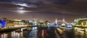 London överbryggar på natten Royaltyfri Fotografi