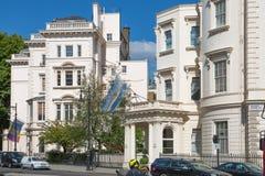 london Великобритания Жилая ария Belgravia Роскошное свойство в центре Лондона Строка периодических зданий стоковая фотография