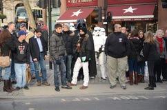 Darth Vader och Stormtroopers ut och omkring i Londons Trafalgar Royaltyfri Fotografi