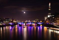 London 2012, floodlit broar, royaltyfri bild