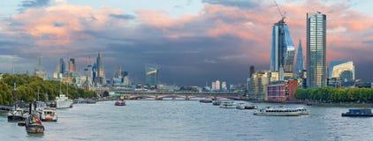 London - aftonpanoraman av staden med skyskraporna i mitten Royaltyfri Foto
