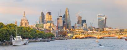 London - aftonpanoraman av staden med skyskraporna i mitten Arkivfoton