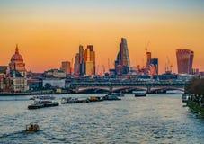 London-Ansicht von Waterloo-Brücke auf einem hellen Dezember-Sonnenuntergang achtern Stockbilder