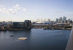 London-Ansichten über zitronengelben Kai Stockbilder