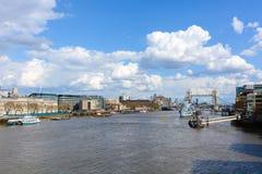 London: APRIL 12,2016: HMS Belfast und Turm-Brücke mit dem R Lizenzfreie Stockfotos