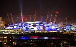 London arena under ljust utföra Staden tänder bakgrund Arkivfoton