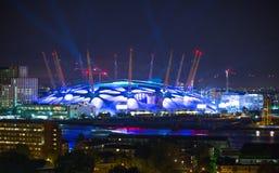 London arena under ljust utföra Staden tänder bakgrund Royaltyfri Bild