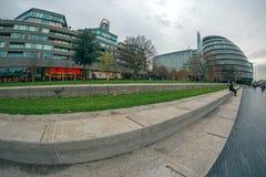 London auf dem Ufer von der Themse, Rathaus, Brücken-Theater lizenzfreie stockfotos