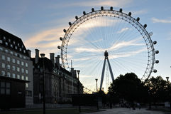 London-Augen-Riesenrad silhoute lizenzfreie stockfotos
