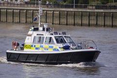 London, am 8. August 2012 - Polizeiboot, das auf dem Fluss Thame patrouilliert Lizenzfreie Stockfotografie