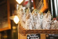 LONDON - 23. AUGUST 2017: Saucissons auf Stadtmarkt in London Stockbild
