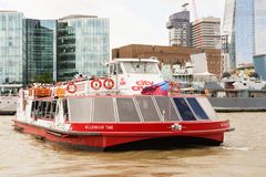 LONDON - 19. AUGUST 2017: Stadt-Kreuzfahrtausflugboot auf der Themse Stockfoto
