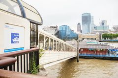 LONDON - 21. AUGUST 2017: Stadt-Kreuzfahrtausflugboot auf der Themse Stockbild