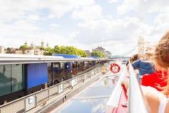 LONDON - 19. AUGUST 2017: Stadt-Kreuzfahrtausflugboot auf der Themse Stockbild