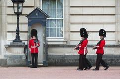 LONDON - AUGUSTI 8, 2015: Ändra av vakten i Buckingham Palace royaltyfria foton