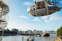LONDON - AUGUSTI 19, 2017: London öga eller milleniumhjul på söder Arkivbilder