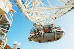 LONDON - AUGUSTI 19, 2017: London öga eller milleniumhjul på söder Royaltyfri Foto