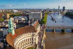 LONDON - AUGUSTI 19, 2017: Cityscapesikt från det London ögat Royaltyfri Fotografi
