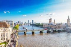 LONDON - AUGUSTI 19, 2017: Cityscapesikt från det London ögat Arkivfoton