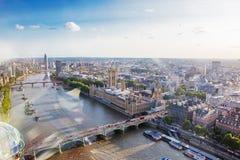 LONDON - AUGUSTI 19, 2017: Cityscapesikt från det London ögat Royaltyfri Foto