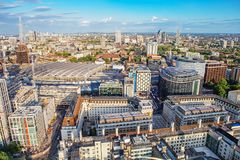 LONDON - AUGUSTI 19, 2017: Cityscapesikt från det London ögat Arkivfoto