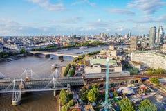 LONDON - AUGUSTI 19, 2017: Cityscapesikt från det London ögat Arkivbild