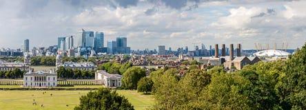 LONDON - AUGUSTI 12: Horisonten av Canary Wharf från Greenwich Arkivbilder