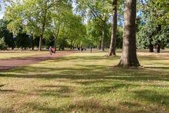 LONDON - AUGUSTI 10: Kensington trädgårdar på Augusti 10, 2014 i Lon Arkivfoton