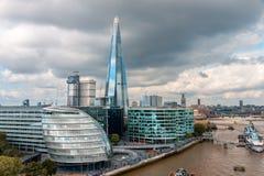 LONDON - AUGUSTI 6: London horisont med stadshuset, skärva, flodTh Arkivfoton