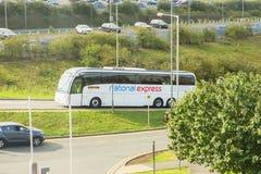 LONDON - AUGUSTI 18, 2017: Nationell uttrycklig buss i den London Luton flygplatsen Royaltyfria Bilder
