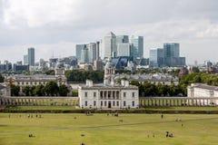 LONDON - AUGUSTI 12: Queenshus med horisonten av Canary Wharf Royaltyfria Foton