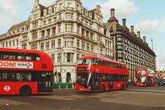 LONDON - AUGUSTI 19, 2017: Röda London bussar i London, UK Arkivfoto