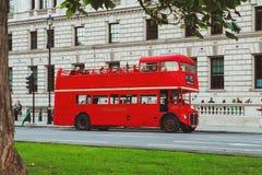LONDON - AUGUSTI 19, 2017: Röda London bussar i London, UK Royaltyfria Bilder