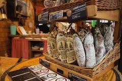 LONDON - AUGUSTI 23, 2017: Saucissons på stadmarknad i London Arkivfoto