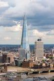 LONDON - AUGUSTI 13: Sikt av skärvan (arkitekten Renzo Piano, 2 Arkivfoto
