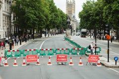 LONDON - AUGUSTI 20, 2017: Stängt tecken för väg arkivfoto