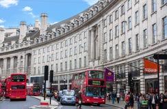 LONDON - AUGUSTI 16: Typisk buss för dubbel däckare i härskande gata på Royaltyfria Foton