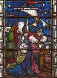 London - bönen av tackar St Paul efter ankra på målat glass i kyrka för ` s för St Mary Abbot Royaltyfri Bild