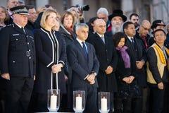 London-Bürgermeister Sadiq Khan und Beamte, die Kerzen für Nachtwache beleuchten stockbild