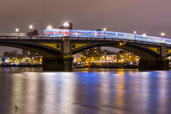 London Battersea bro Thames River på natten Royaltyfri Bild