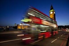 London Big Ben und roter Bus nachts Stockbilder