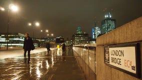 London-Brücke auf einer regnerischen Nacht Stockbild