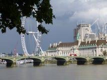 London-Brücke mit London-Auge stockfotografie