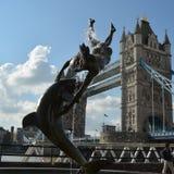 London-Brückenturm towerbridge Frauen gestalten Delphine-Rittersporn Lizenzfreie Stockfotografie