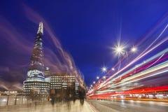 London-Brücke nachts mit Verkehrsspitzenzeit Stockfotografie