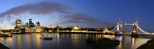 London bro över Thames River nattpanorama Fotografering för Bildbyråer