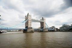 London bro i England med Thames River royaltyfri foto
