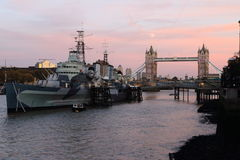 London bro med HMS BELFAST Arkivfoto