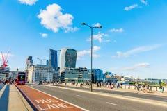 London bro på en solig dag Arkivbild